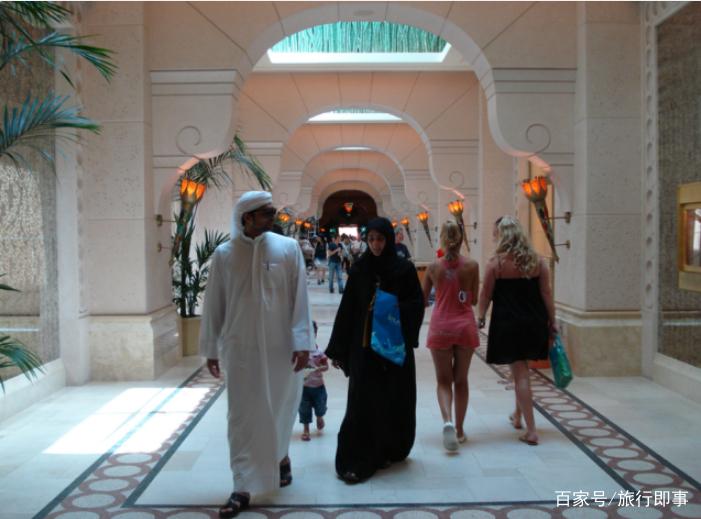 """去迪拜旅游,看到地上的""""小卡片""""不要捡,导游:不然会吃亏"""