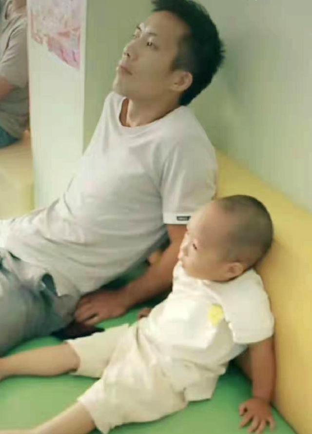 """爸爸与儿子神同步""""葛优躺"""",诱因让妈妈不淡定,网友:是亲生的"""