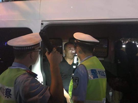 青岛开发区交警集中夜查 酒司机们丑态百出