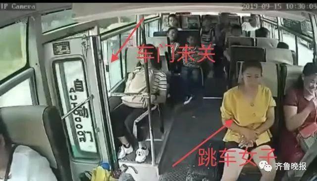 太诡异了!客车行驶中门未关闭,女子突然起身跳下身亡!(有视频)
