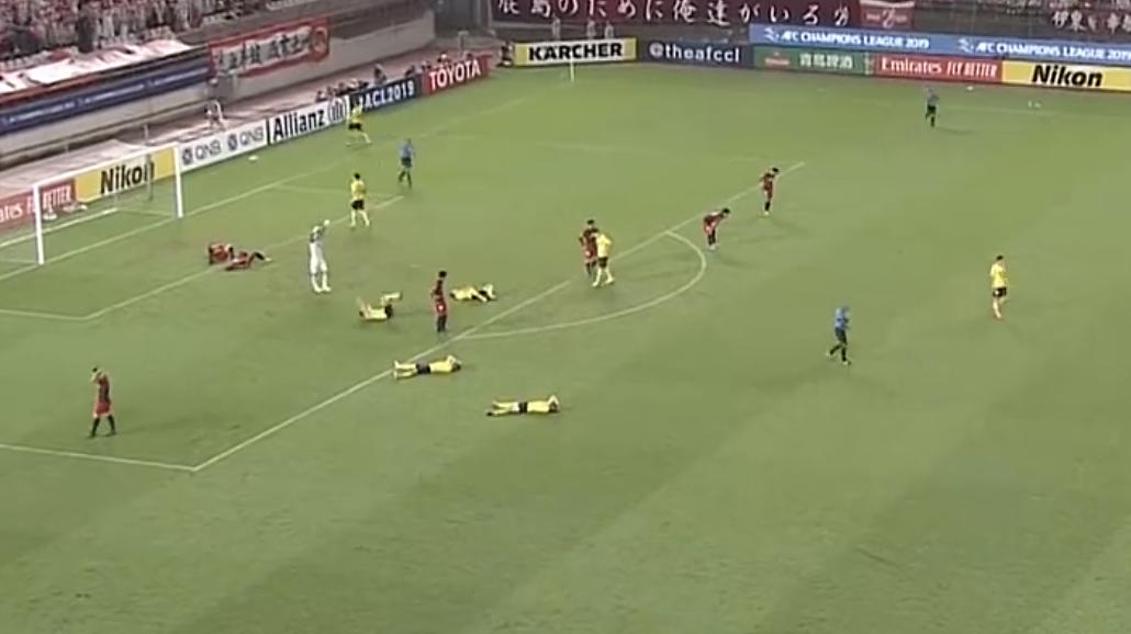 不容易!赢球一刻4名恒大球员累倒在地,保利尼奥一脸痛苦