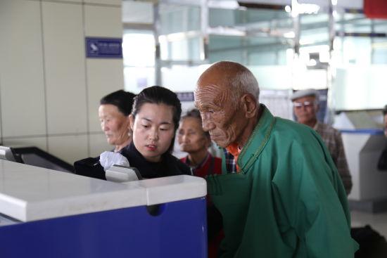 珠恩嘎达布其出入境边防检查站为蒙古国团队提供通关服务