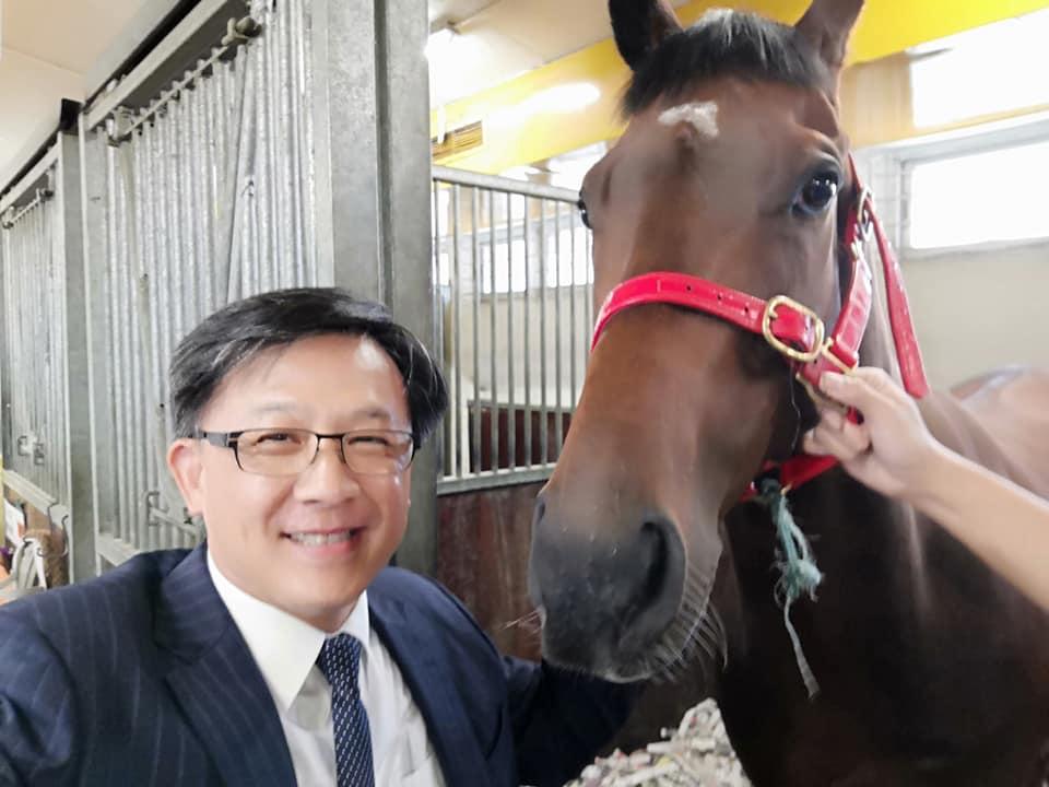 请愿者目标竟转向何君尧的马,喷鼻港跑马会撤消比赛