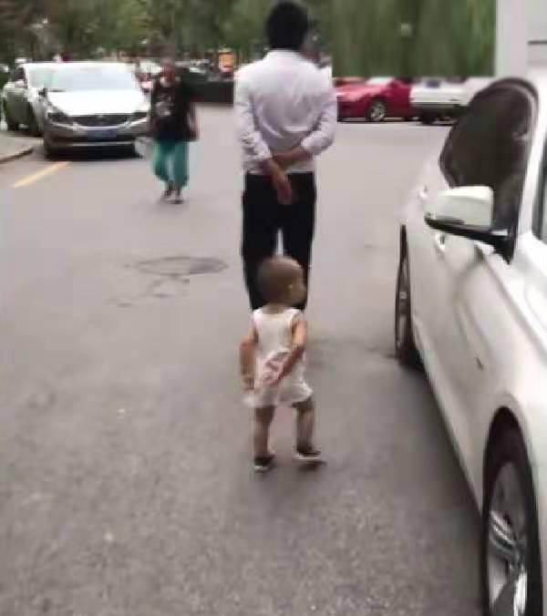 原创            一岁宝宝跟领导爷爷出门,走路姿势笑翻路人,网友:学到了精髓