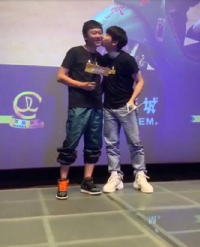 彭昱畅否认片场被欺负,与导演互送脸颊吻,力证两人兄弟情谊