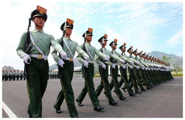 1997年的阅兵仪式,中国一个失误被直播出去,却得到全世界认可