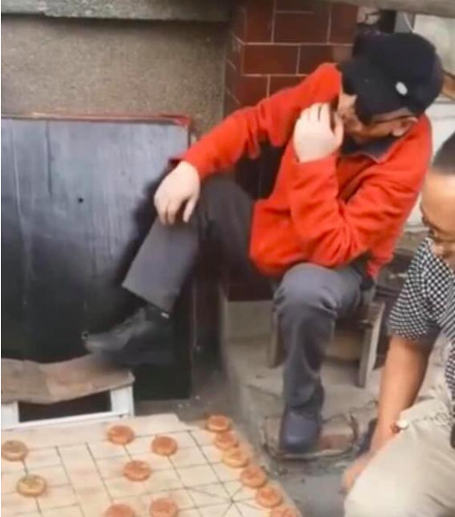 """""""老炮""""冯小刚忙里偷闲?坐小板凳街边看人下棋,这姿势亮了"""