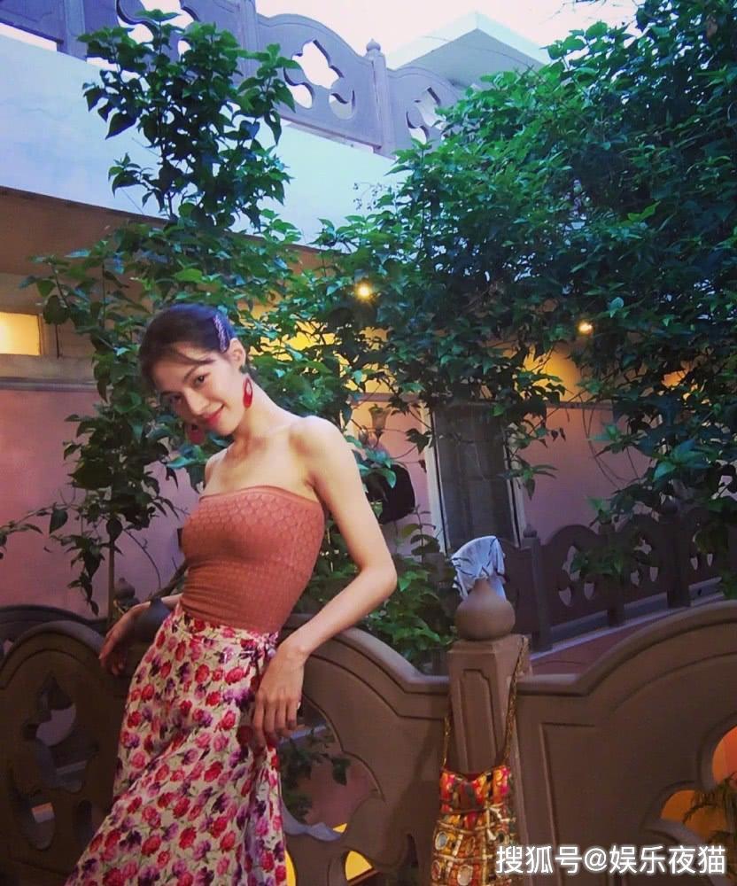 钟楚曦太有异域美了,紧身抹胸配印花裙,微微一笑就像画中仙子