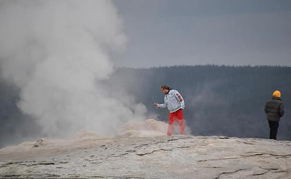 美国两名游客无视警告 冒险到间歇泉口拍照