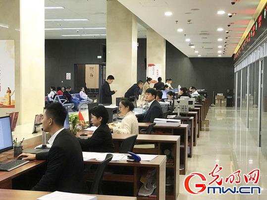 """【新中国从这里走来】智慧政务""""一键""""办理 数字服务高效便民"""