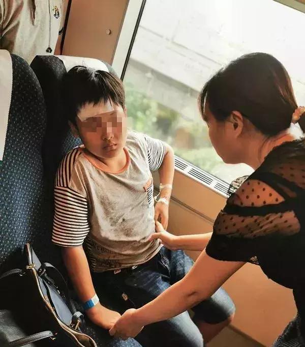 """飞驰的火车上,病危男孩被陌生人""""劫""""走,背后故事暖哭"""