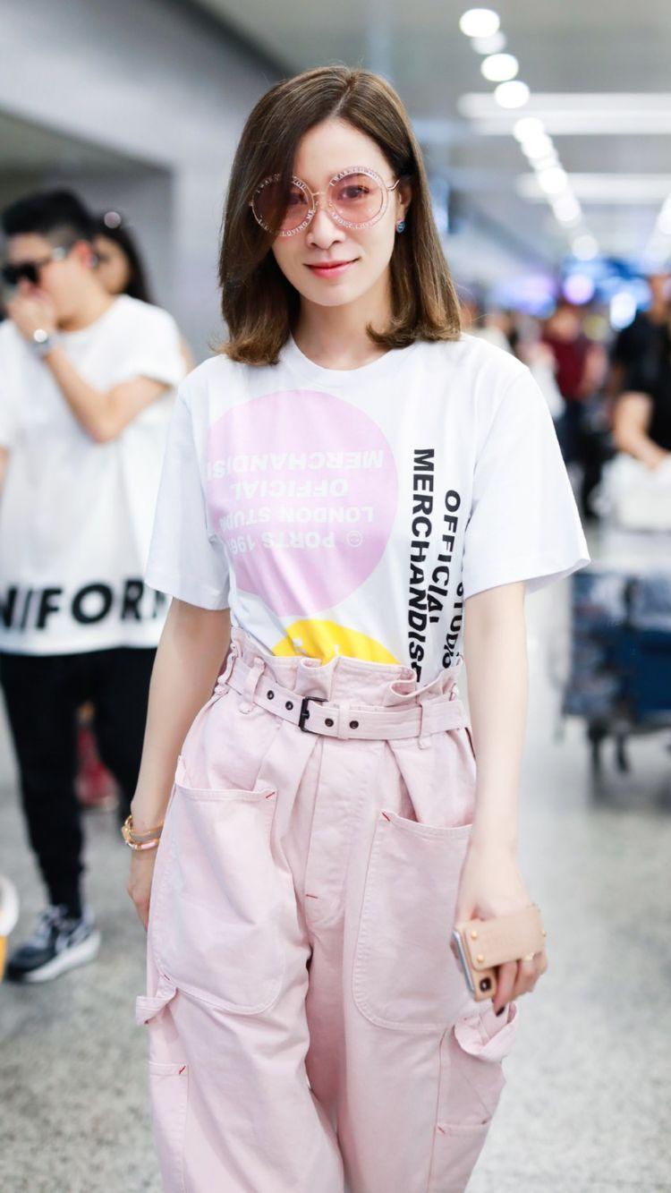 佘诗曼现机场少女感爆棚,穿松款T恤配粉色高腰工装裤,圆边墨镜意外吸睛