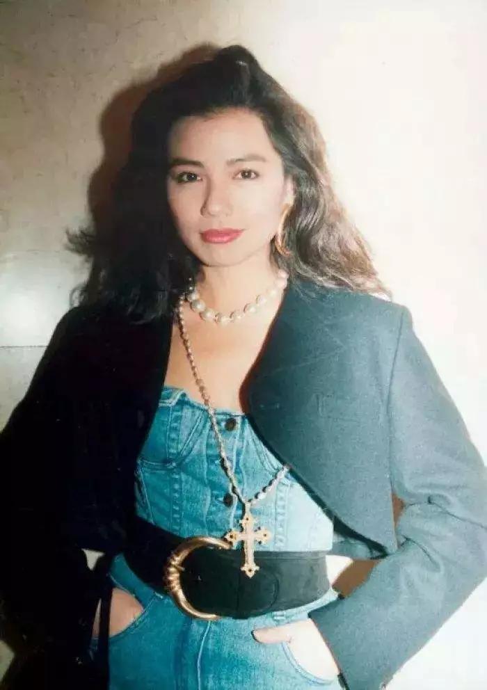 以前的香港小姐可不是只有美而已 穿搭也充满了亮点