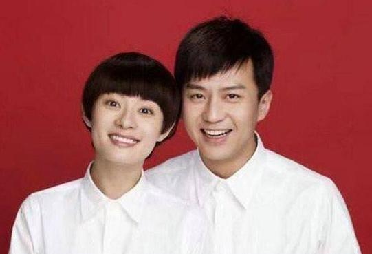明星们结婚证件照都是白衬衫,唯独他俩黑T恤却最被看好