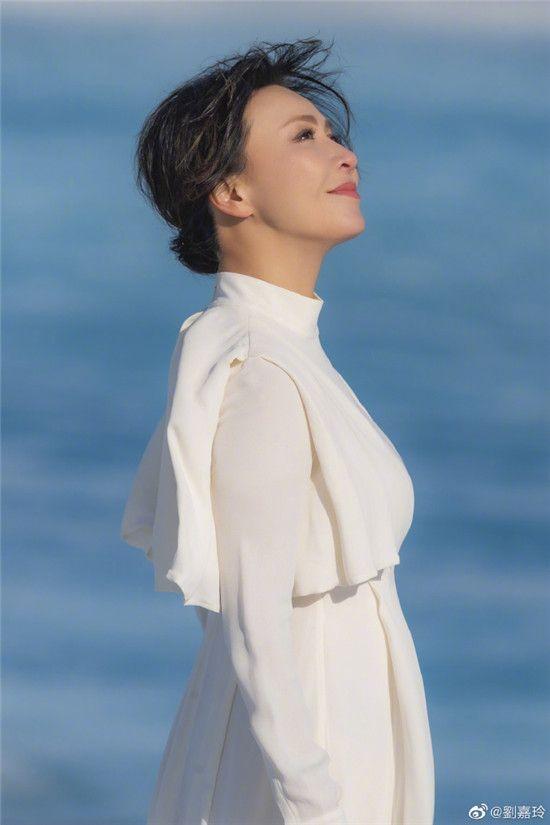 刘嘉玲晒自拍照用五字概括心情,无憎无爱的她好美!何时回家?