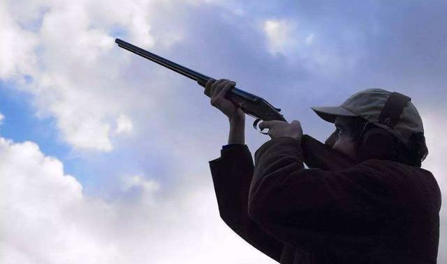 为什么执行任务时,军人不能朝天90度开枪?专家:千万别尝试