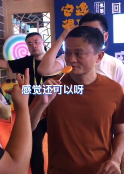 马云宣布退休后,路上大口吃肉夹馍,潇洒又接地气 作者: 来源:猫眼娱乐V