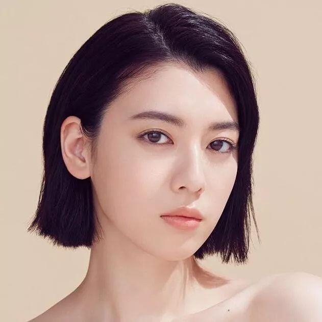 周杰伦发新歌MV,女主角三吉彩花大腿抢眼,还为海贼王配过音
