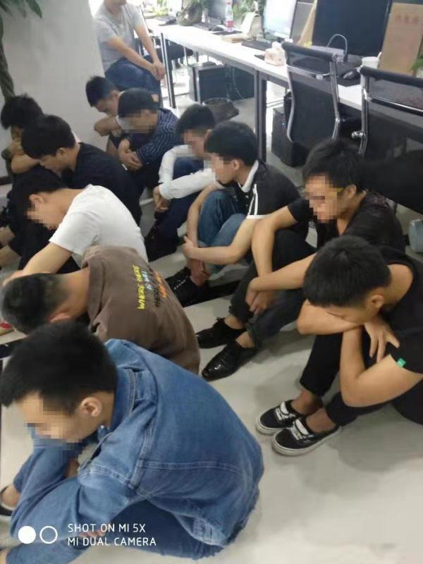 """重庆九龙坡区警方协助河南警方突击抓获21名""""杀猪盘""""嫌疑人"""
