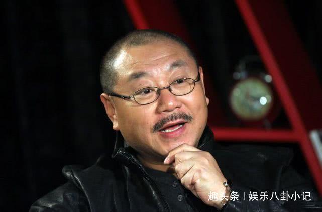 赵本山带他上5次春晚,成名后被冯小刚挖墙脚,老婆年青漂亮