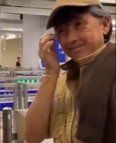 歌王林子祥独自现身车站,胡须花白满脸憔悴状态差