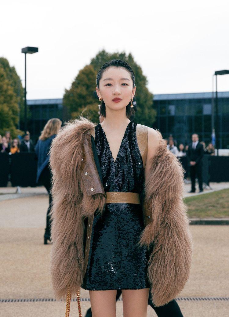 周冬雨时装周熟女造型惊艳,穿V领裙配毛绒外套,网友:最漂亮的造型没有之一