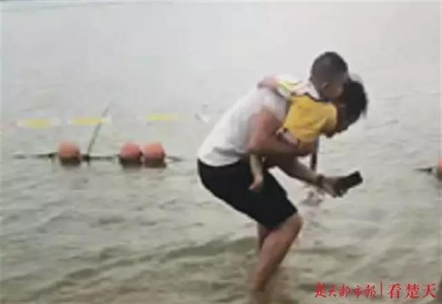 遛娃时发现有人轻生,33岁湖北特警奶爸抱着儿子跳水救人