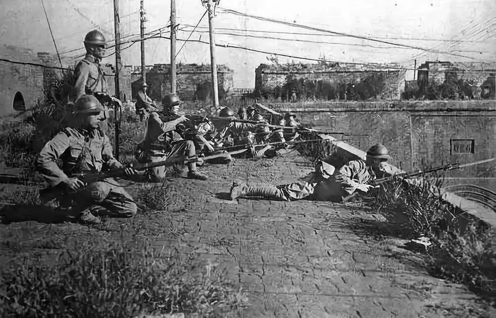 在内外交困情况下,日本法西斯势力决意趁英美忙于应付危机,蒋介石大