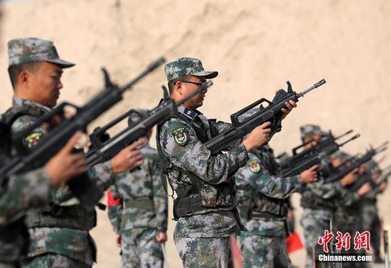 新疆军区某训练基地组织官兵开展射击考核