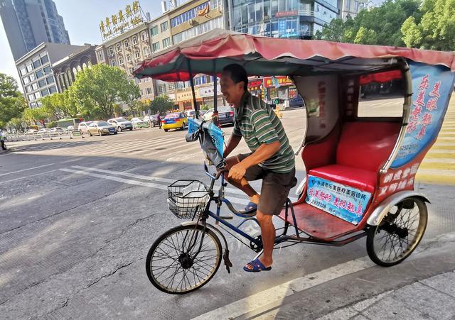 点赞乐清:宽容城市里不守规矩的骑行人,一天可赚200元,但累啊