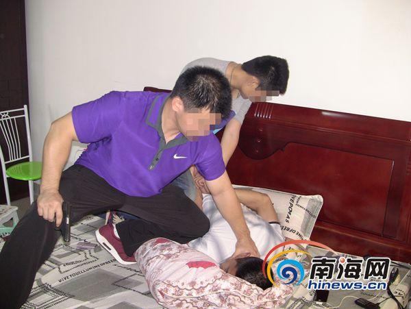 海口市公安局禁毒警察支队副大队长杨成龙抓捕毒贩现场.
