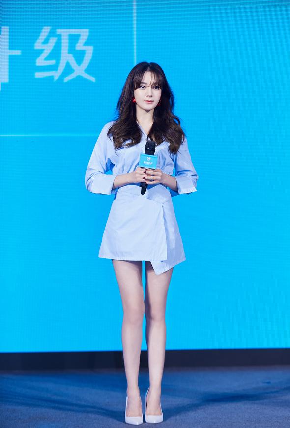 迪丽热巴一身蓝色连衣裙打扮,清丽可人,又美出了新高度!