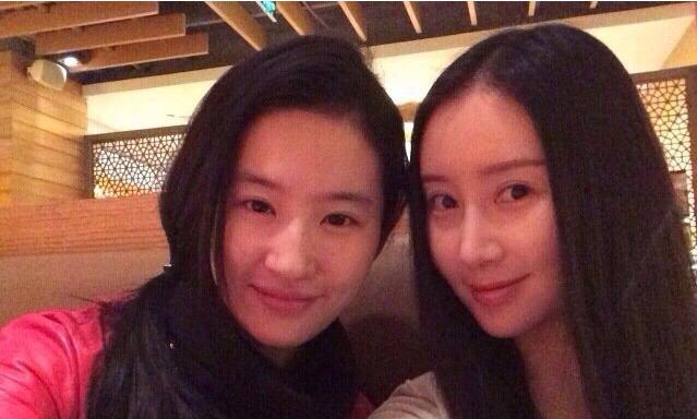 网友偶遇刘亦菲和舒畅逛街,两人感情真好!