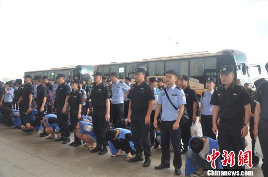 重庆警方捣毁特大跨境电信诈骗集团,押解69名嫌疑人回国