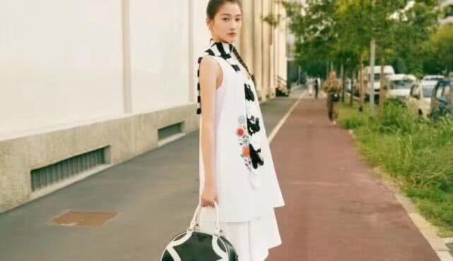 关晓彤被曝在米兰时装周蹭第一排座位,和主编张宇同挤一个位置