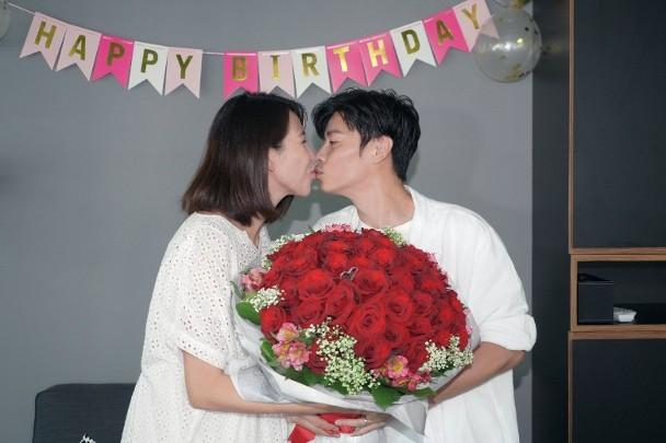 蔡少芬46岁生日宣布只生三胎,张晋送玫瑰花献吻,好友朱茵出席