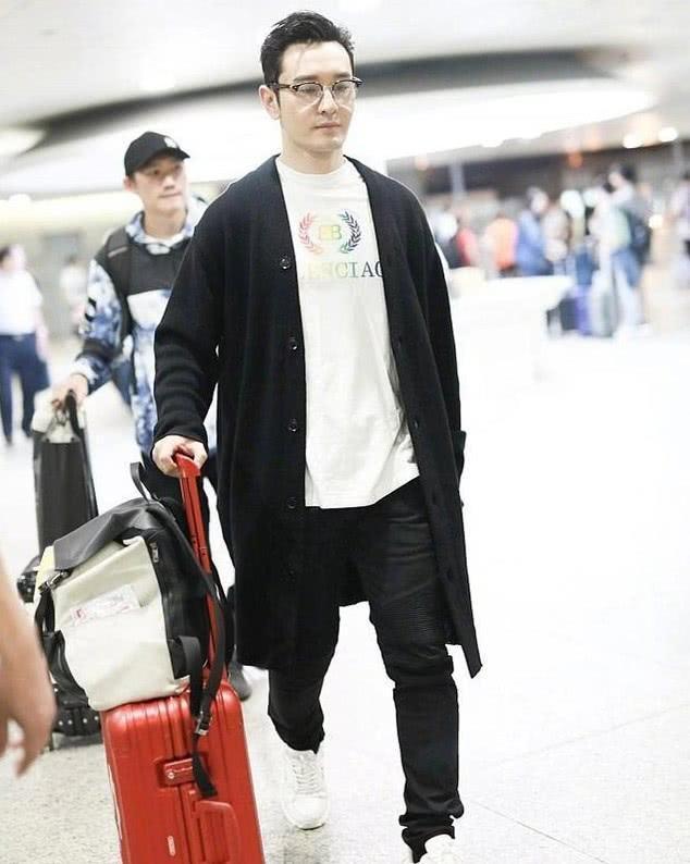 黄晓明baby现身机场心事重重,装都懒得装了,baby戴绿帽子满眼悲伤
