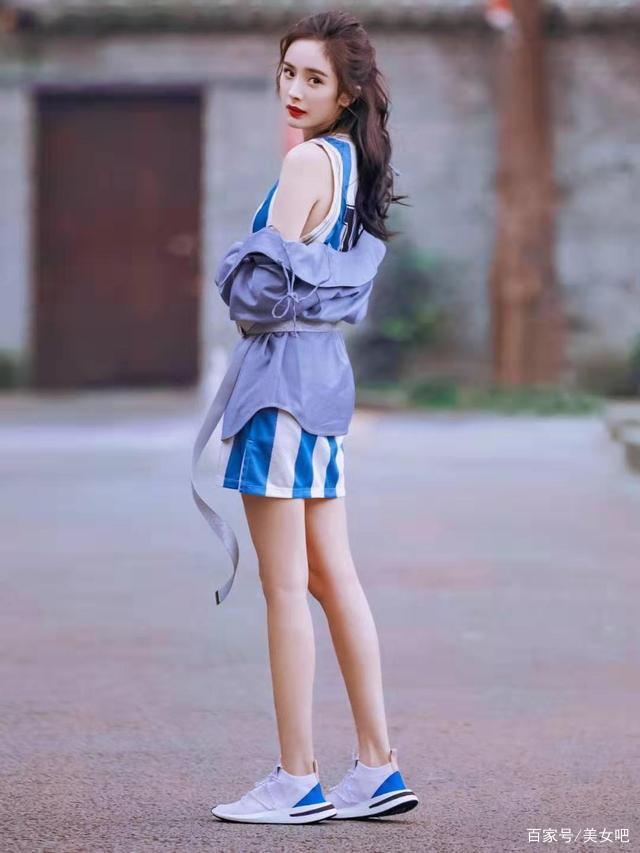 杨幂最新街拍超撩人!带货女王教你穿,轻松穿出时尚感