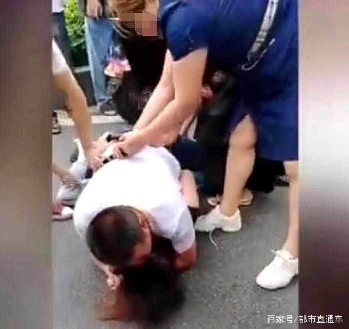 """3名女子当街围打""""第三者"""",男子趴其身上拼命保护,拽都拽不开"""
