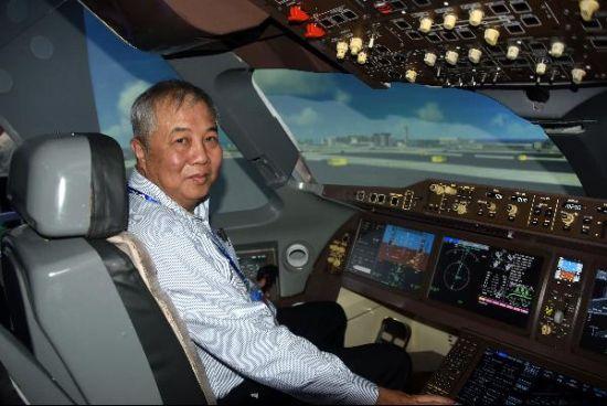 中国C919大型客机飞行模拟器首次亮相