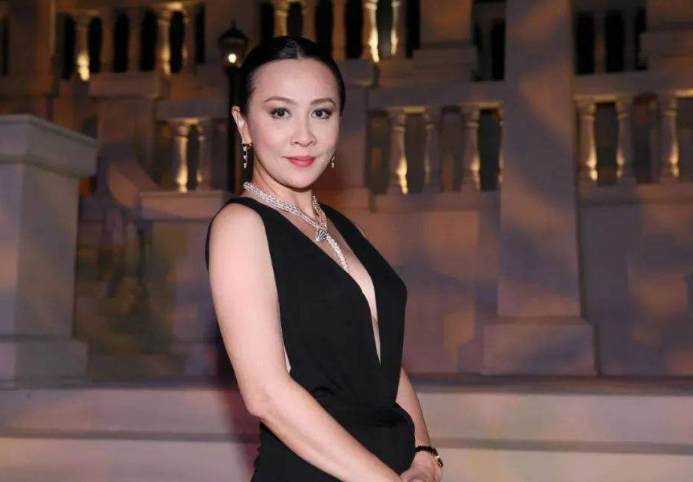 刘嘉玲现身女排比赛现场,为队员加油,54岁刘嘉玲皮肤水嫩