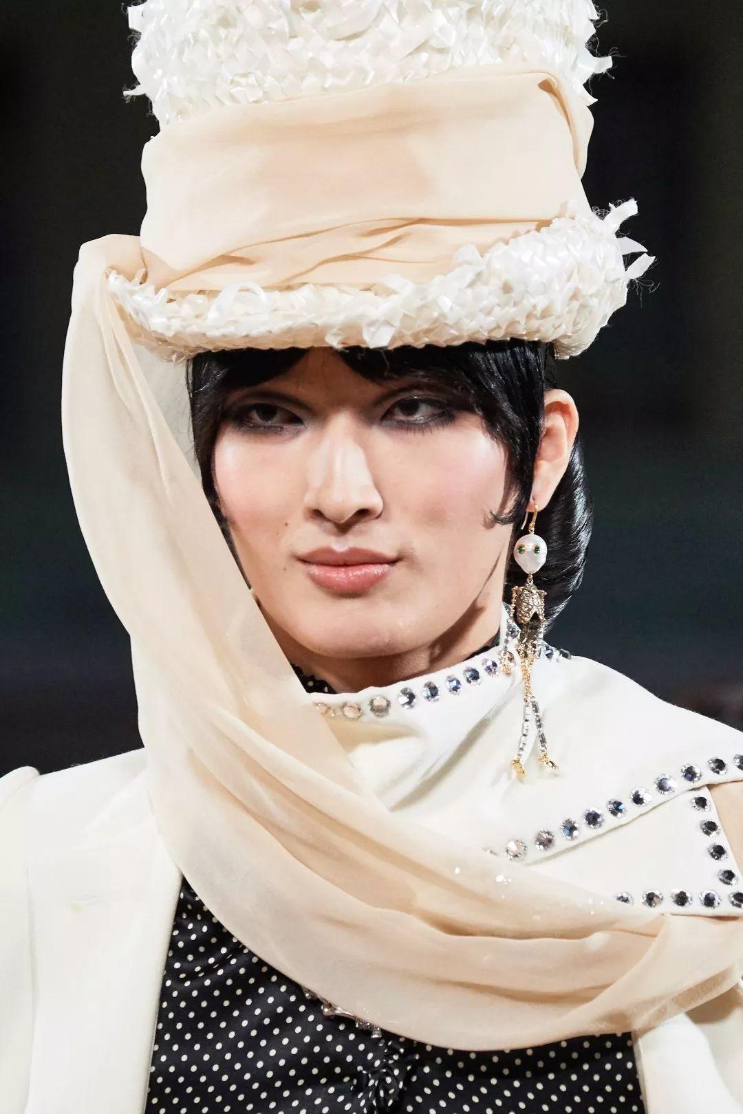 国模掰穴私拍艺术网_国模张正阳身着白色长外套,头戴白色复古礼帽,帽上缠绕着的纱巾缠绕
