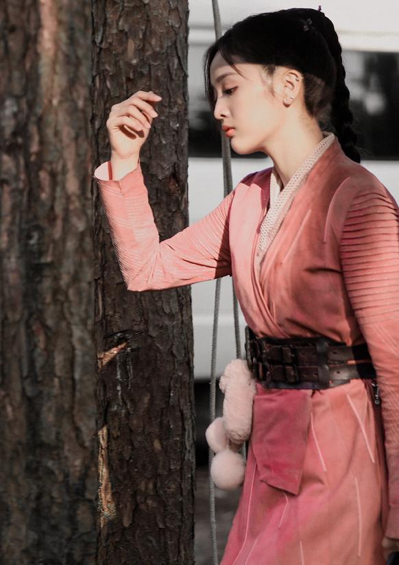 吴宣仪斗罗大陆片场照,看她戴上兔子耳朵后的造型:这谁不喜欢