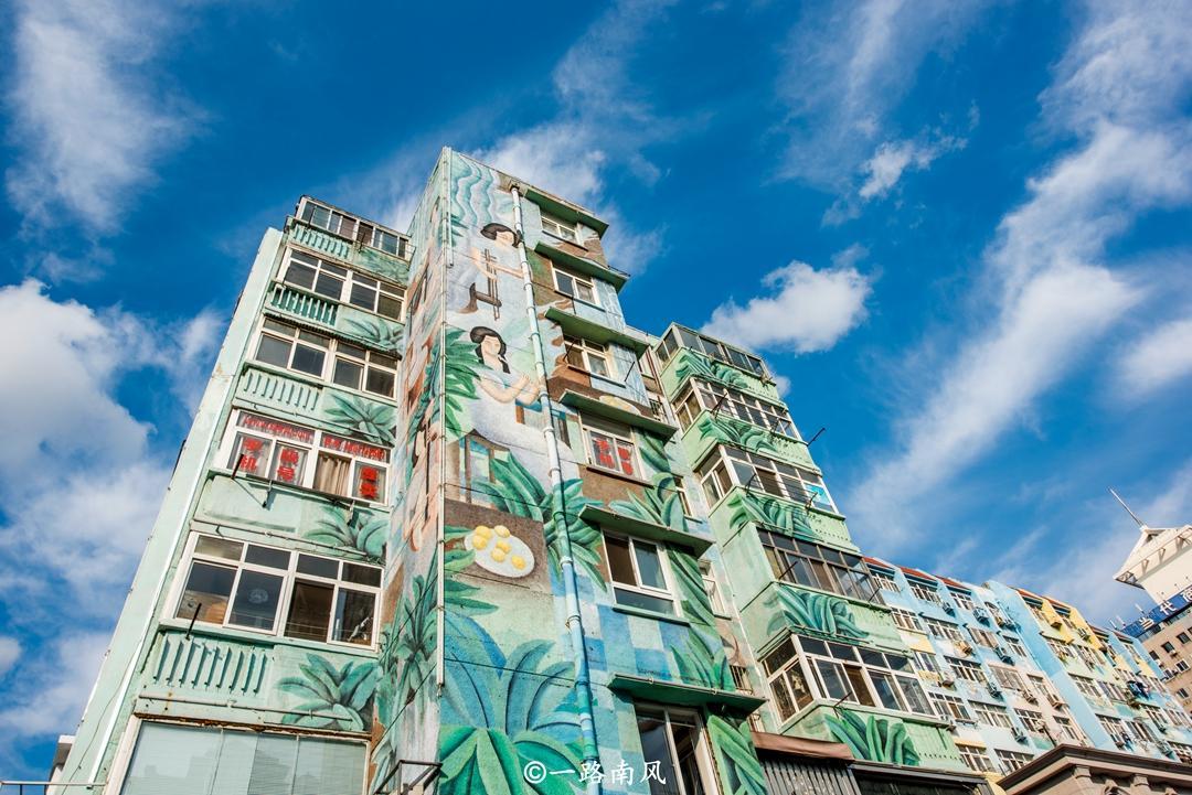 山东最奇特的街道,所有建筑物都是彩色的,墙上尽是美女画像!