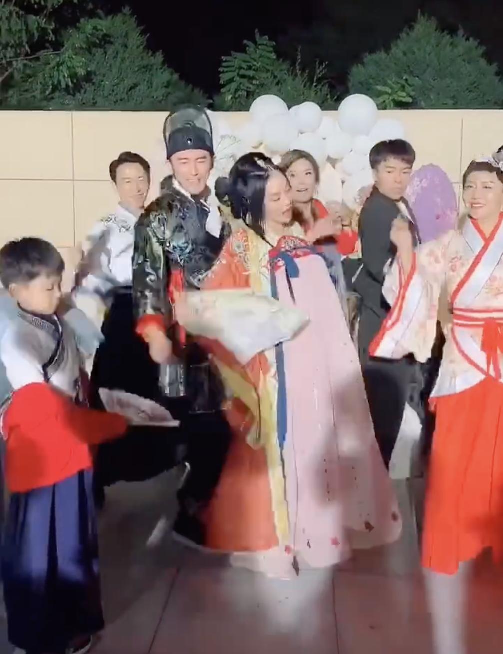钟丽缇庆49岁生日,与丈夫女儿劲歌热舞,却手捂小腹显出突起大肚