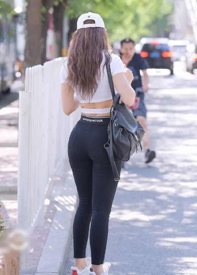 <b>路人街拍:健身女孩的微胖魅力,身材曲线好完美!</b>