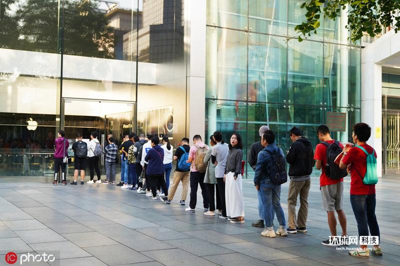 苹果iPhone11发售北京苹果实体店外果粉排队等候