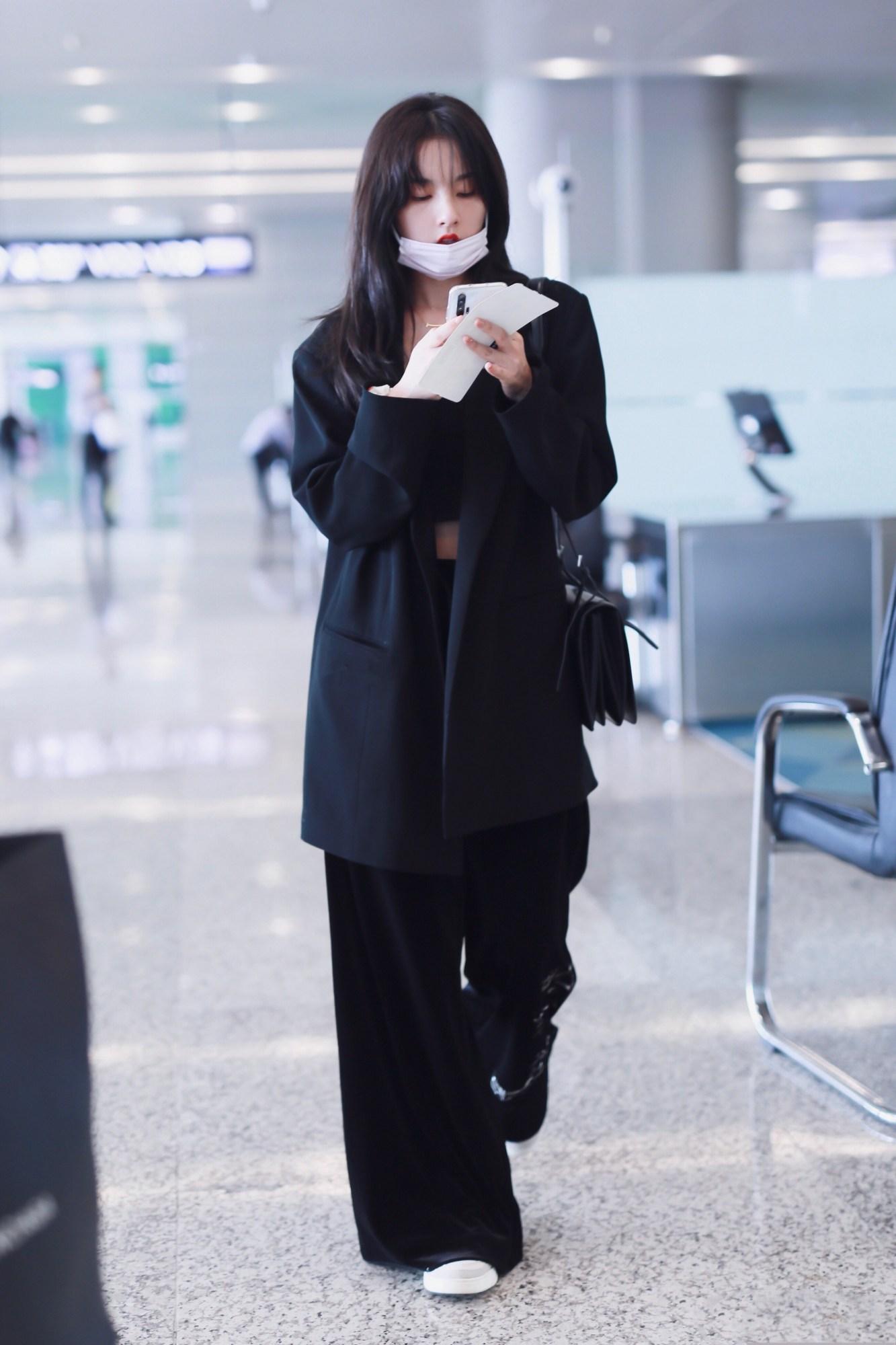 宋祖儿周雨彤机场偶遇,一酷一甜聊得起劲,闺蜜范儿穿搭出门必学
