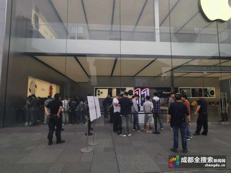 """iPhone11今日全球同步开售成都果粉这样评""""浴霸""""摄像头"""