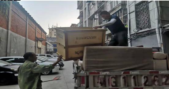 鄂州市四眼井社区:清理楼道杂物 为创文明城助力添彩